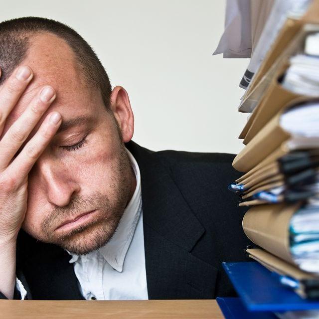 Stress und mögliche damit verbundene Depressionen führen meist zu einer Verstärkung von Schmerzen.