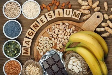 Magnesiummangel führt zu einer krampfenden Muskulatur Nüsse, Hülsenfrüchte und Vollkornprodukte enthalten viel Magnesium decken den täglichen Bedarf