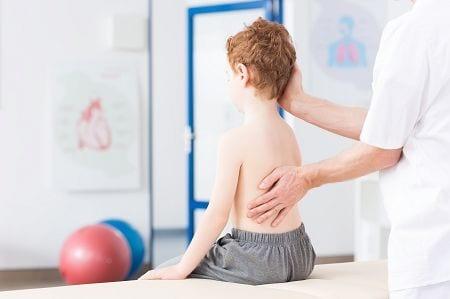 Die idiopathische Form einer Skoliose ist stark vom Restwachstum abhängig. Je früher eine Krümmung der Wirbelsäule entsteht, desto stärker ist die Ausprägung.