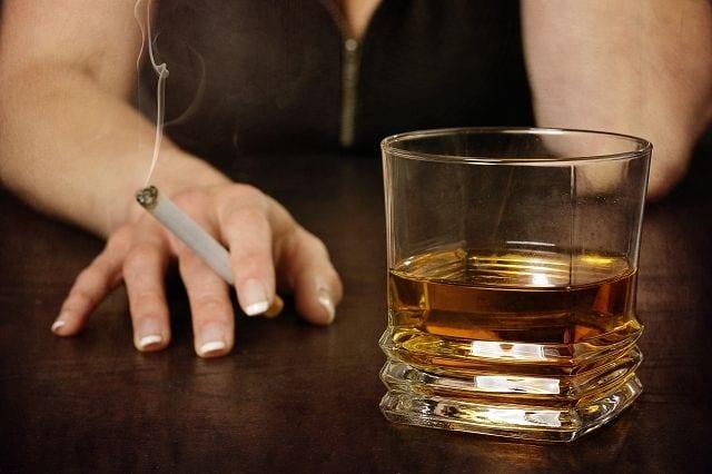 Risikofaktoren: Alkohol erhöht die Ausscheidung von Kalzium und vermindert den Vitamin-D-Stoffwechsel. Tabakkonsum senkt den Östrogenspiegel ab, der wichtig für den Knochenstoffwechsel ist.