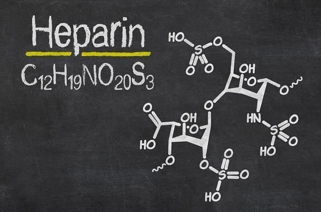 Heparin ist ein Medikament, das die Blutgerinnung blockiert und zur Vermeidung und Behandlung von Thrombosen eingesetzt wird. Jeder der schon mal im Krankenhaus und länger im Bett liegen musste kennt es. Es wird normalerweise in die Bauchfalte gespritzt und verursacht dort eine unangenehmes Brennen.