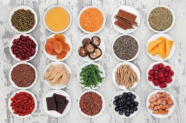 Makronährstoffe werden in relativ großen Mengen benötigt, dazu gehören Eiweiße, Kohlenhydrate und Fette. Mikronährstoffe werden nur kleinen Mengen benötigt, Vitamine, Spurenelemente, Mineralien und Ballaststoffe.
