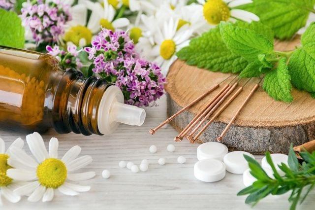Die Naturheilkunde liefert diverse Möglichkeiten um Schmerzzstände zu behandeln. Salben und die gezielte Einnahme von Globuli helfen die Muskulatur und sich geistig zu entspannen.
