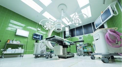 Zu den Operationsmöglichkeiten bei Morbus Bechterew gehören eine Keilosteotomie, eine Spondylodese und eine Hüftgelenksoperation.