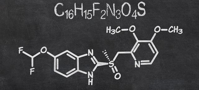 Protonenpumpen-Hemmer sind Medikamente, die die Produktion der Magensäure reduzieren. Sie werden zum Beispiel gegen Sodbrennen verschrieben. Bekannte Vertreter sind Omeprazol und Pantoprazol.