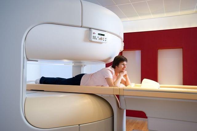 Die Ultraschalltherapie (MRgFUS) erfolgt mittels Ultraschallwellen. Dabei werden Nervenendungen durch Hitze verödet was direkt zu einer Schmerzlinderung führt. Diese Therapieform erfolgt völlig ohne invasiven Eingriff.