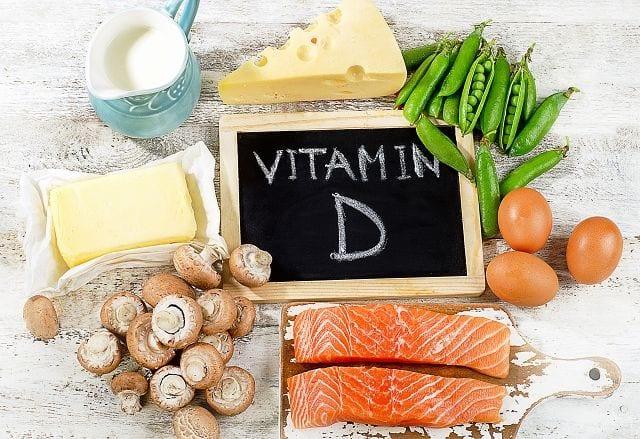 Vitamin D3 steigert die Aufnahme von Kalzium im Darm und reduziert die Ausscheidung über die Nieren. Zusätzlich ist es notwendig, damit Kalzium in den Knochen eingebaut werden kann. Bei manchen Erkrankungen kann es sinnvoll sein, vorbeugend Vitamin D (und Kalzium) einzunehmen.