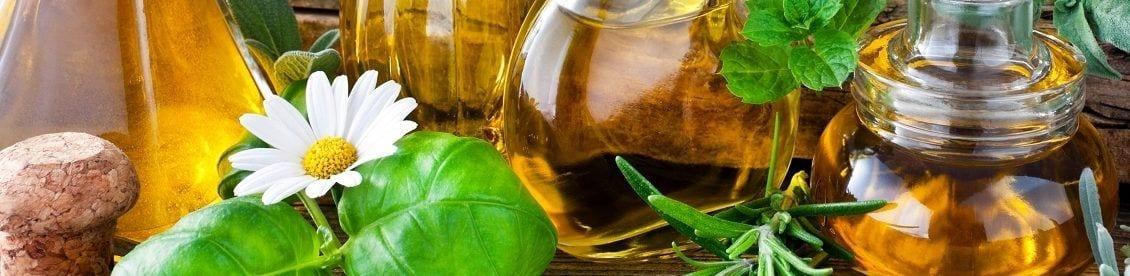 Die Aromatherapie umfasst die Anwendung ätherischer Öle für Therapiezwecke. Im Fokus steht dabei die Linderung von Krankheiten oder die Steigerung des Wohlbefindens.