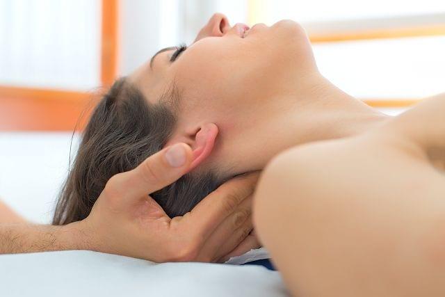 Bei einer Kraniosakraltherapie versucht der Behandelnde Spannungen und Blockaden im Körper zu ertasten und diese durch gezielte Bewegungen zu lösen. Ergebnis ist eine Entspannung der behandelte Körperregionen und eine Linderung der Symptome.