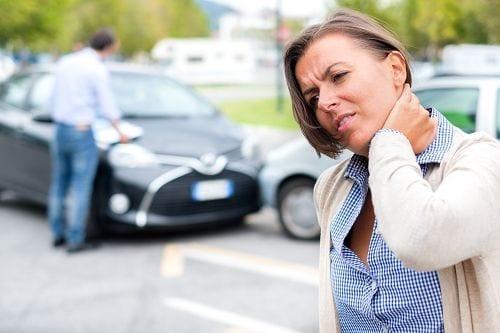 Ein Schleudertrauma oder auch HWS-Distorsion genannt wird meist durch einen Autounfall typischerweise bei einem Front- oder Heckaufprall verursacht und tritt innerhalb von 72 Stunden auf. Dabei wird durch die ruckartige Bewegung des Kopfes, Muskeln und Bänder im Bereich des Halses stark überstreckt bzw. gestaucht.