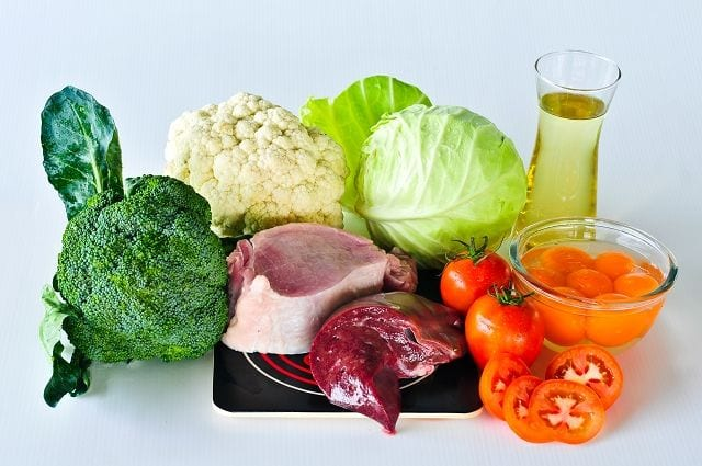 Vitamin K wirkt unterstützend für die Eiweißbildung für den Knochenaufbau. Es ist in Hähnchenfleisch, Rosenkohl, Spinat, Schnittlauch, Chicoree, Kopfsalat enthalten.
