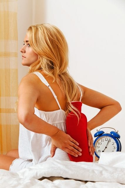 Stress und Angst - beide Zustände führen zu einer kettenreaktionsartige Ausschüttung von Hormonen (CRH, ACTH, Cortisol, Cortison, Adrenalin und Noradrenalin). Ursprünglich waren diese dafür da um Energiereserven in Notsituationen freizusetzen was auch eine Anspannungen der Muskulatur zur Folge hat. Sind dauerhaft Stress und/oder Angst im Leben verhaftet herrscht ständig ein gewisser Anspannungsgrad im Körper, der mit der Zeit zu Muskelverspannungen und -verhärtungen führt.