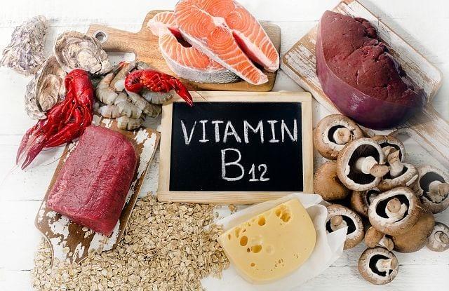 Enthalten ist Vitamin B12 vor allem in tierischen Lebensmitteln wie Fleisch, Fisch, Eiern und Milchprodukten.
