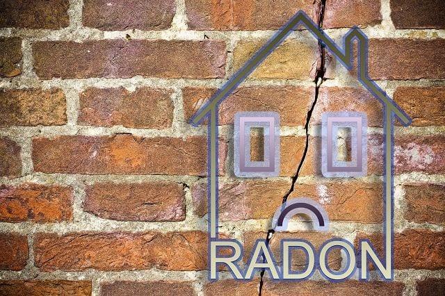 Radon (Rn) ist ein radioaktives Element dessen Zerfallsprodukte, unter anderem ein Polonium-Isotop, krebserregend sind. Es sammelt sich in Häusern und schlecht belüfteten Innenräumen an. Somit stellt es für die Gesundheit eine erhebliche Gefahr dar.