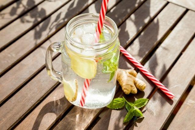 Wasser mit einem hohen Mineralgehalt, Ingwer als Entzündungshemmer, Knoblauch als natürliches Antibiotikum und Vitamin C als Anrger zur Kollagenbildung. Fertig ist das Fasziengetränk.