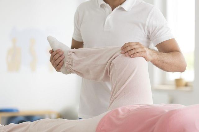 """Die propriozeptive neuromuskuläre Faszilitation kurz PNF ist eine physiotherapeutische Maßnahme um das Bewegungsverhalten des Patienten zu analysieren und aktiv zu ändern. Dabei werden seit der Kindheit abgespeicherte Bewegungsabläufe mittels verändert. Der Therapeut lässt die """"neue"""" Bewegung ausführen und bietet dabei durch Einsatz seines Körpers Widerstand bei der Ausführung. Durch ständige Wiederholung speichert das Gehirn diese Bewegung ab. Somit wird verhindert, dass schädigende körperliche Abfolgen """"antrainiert"""" werden."""