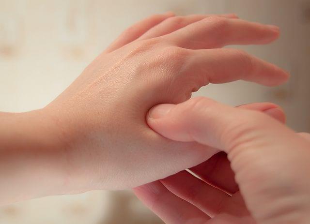 Die Lehre der Akupressur stammt aus der TCM (traditionellen chinesischen Therapie) und basiert auf die Stimulation von bestimmten Körperpunkten, die in Verbindung mit Organen stehen. Sie befinden sich auf den zwölf Meridianen