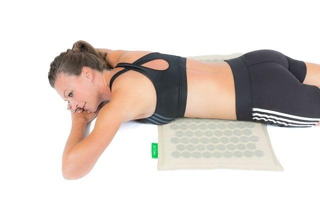 Auch das Zwerchfell und die Muskulatur rund um die Atemwege können verspannen. Durch die Anwendung der BACKLAxx-Matte am Bauch können diese gelöst werden.