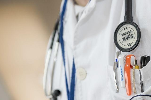 Rheumatologen, Internisten, Orthopäden und Allgemeinmediziner sind eine gute Anlaufstelle bei Verdacht auf Fibromyalgie.