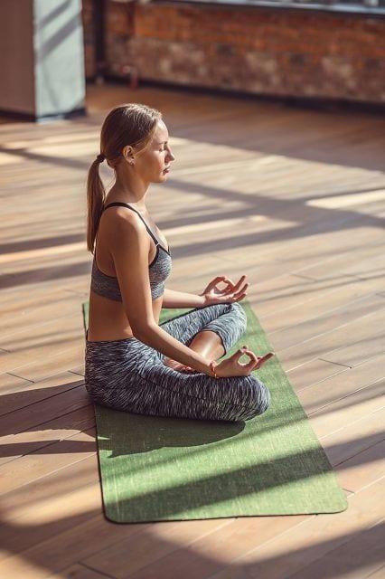 Der Lotus-Sitz gilt zusammen mit dem Kopfstand als typischste Yoga Asana.