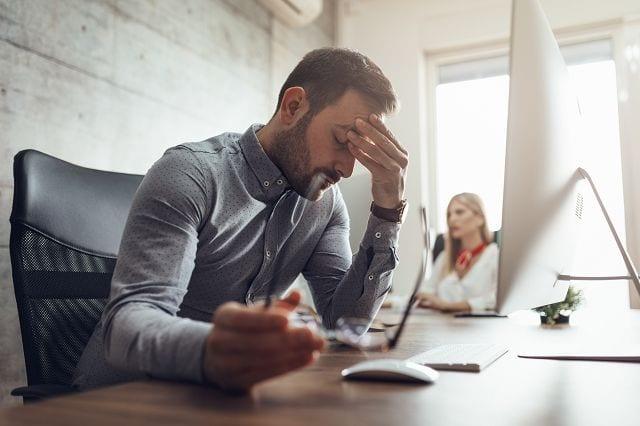 Stress löst in uns alte Fluchtreflexe aus. Dabei werden Hormone ausgeschüttet, die zu einem erhöhtem Muskeltonus führen und auf Dauer Schmerzen durch Überlastungen auslöst.