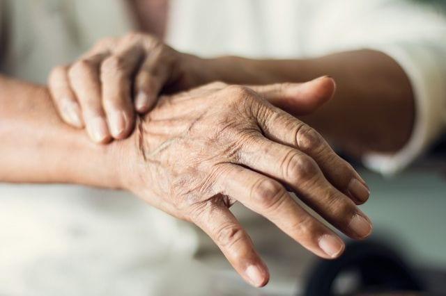 Die Erkrankung an Parkinson entsteht am häufigsten zwischen dem 50. und 79. Lebensjahr. Der Grund ist aufgrund absterbender Gehirnzellen ein Mangel an Dopamin.