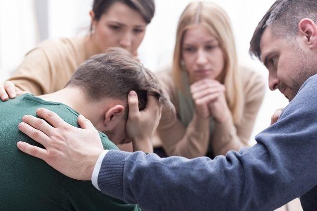 Freunde und Verwandte sind eine wichtige Stütze für depressive Menschen, wenn sie wissen wie sie mit dem Betroffenen umgehen müssen.
