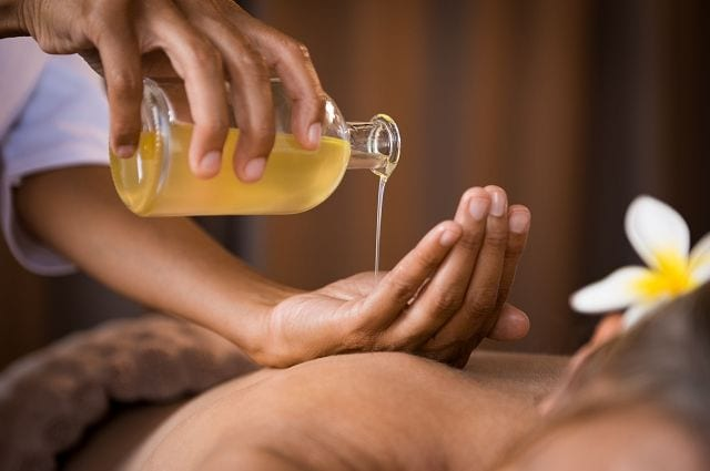 Aufgetragen auf der Haut entfalten die ätherischen Öle im Zusammenspiel mit dem Massageöl ihre wunderbare Wirkung.