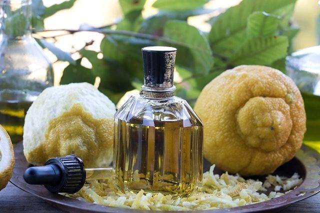 Die Herstellung von Bergamotteöle erfolgt durch Kaltpressung der Schalen.