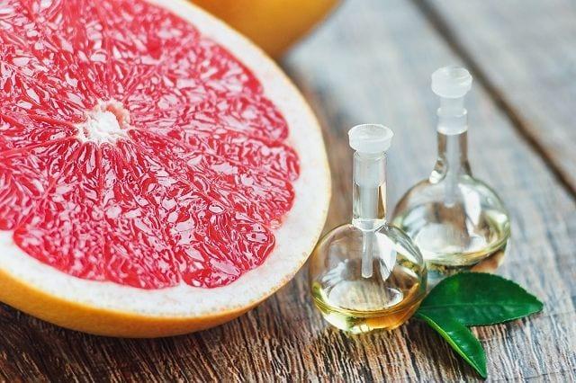 Grapfuitöl wird mittels Kaltpressung der Schalen gewonnen. Ca. 200 - 300 kg Schalen sind nötigum 1 Liter ätherisches Öl herzustellen.