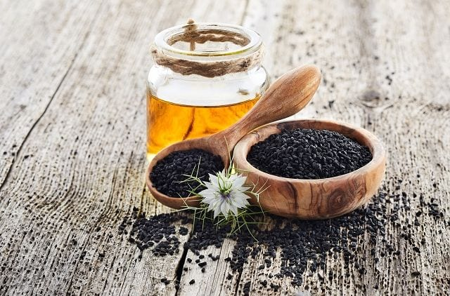 Korianderöl wird aus der Frucht des Korianderstrauchs mittels Wasserdampfdestillation gewonnen.