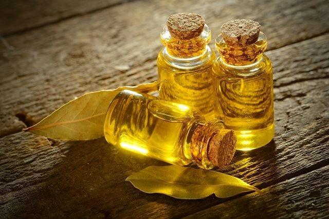 Lorbeeröl wird aus der Rinde des Lorbeerbaumes bzw. -strauches mittels Wasserdampfdestillation gewonnen..