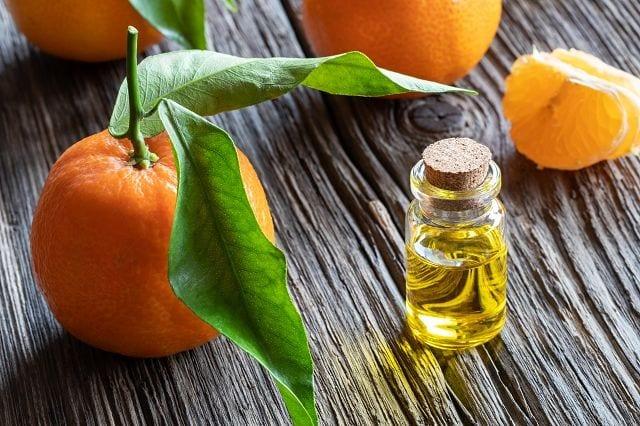 Madnarinenöl wird mittels Kaltpressung gewonnen. Wegen seines Duftes und der Milde ist es besonders für Kinder geeignet.