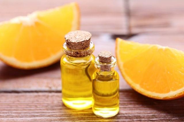 Orangenöl wird, wie die meisten Zitrusfrüchte durch Kaltpressung gewonnen.