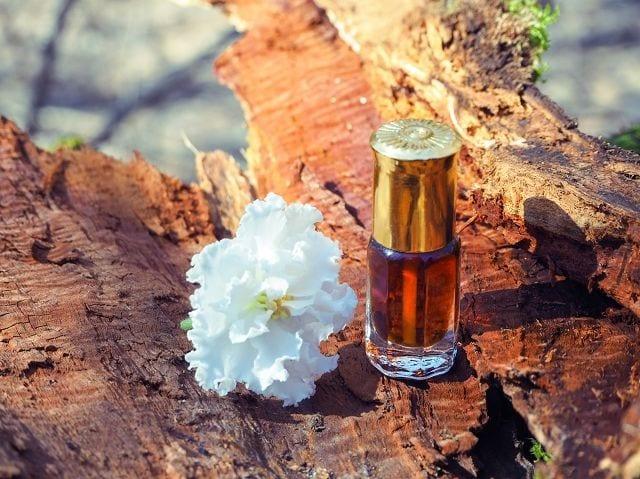 Echtes Sandeholzöl ist selten und daher sehr kostbar. Denn nur das Öl vom Kern des Sandelholzbaumes besitzt die bekannten therapeutischen Eigenschaften.
