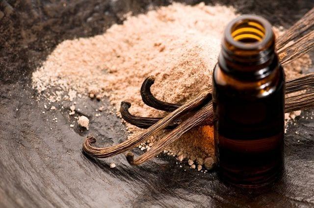 Vanilleöl wird aus der Vanilleschote gewonnen. Dieser süßliche Duft ist weltweit bekannt und wird in den verschiedensten Produkten verarbeitet.