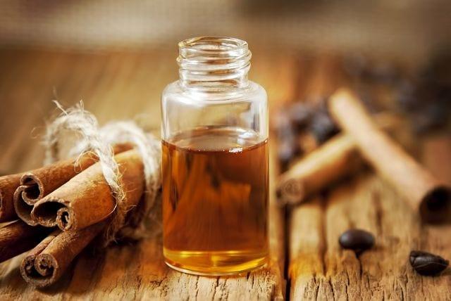 Das Zimtöl wird aus der Rinde von Zimtbäumen gewonnen. Unterschieden wird dabei ob das Öl von der echten Zimtrinde (Cinnamomum verum) oder aus der Zimtkassie (Cinnamomum cassia) stammt.
