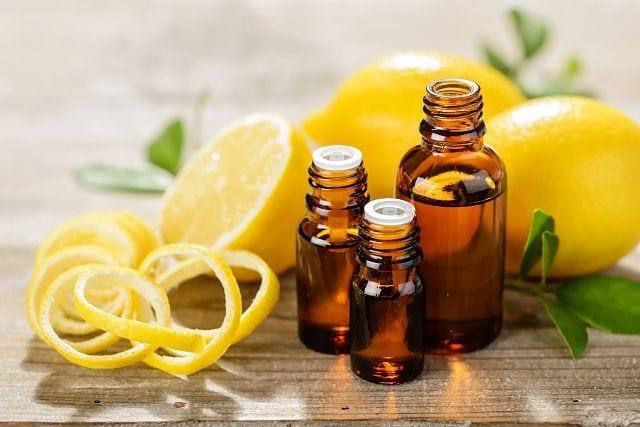 Das Zitronenöl wird aus der Schale der Zitrone mittel Kaltpressung gewonnen. Neben dem intensiven Citrusduft bringt es viele Anwendungsmöglichkeiten mit sich.