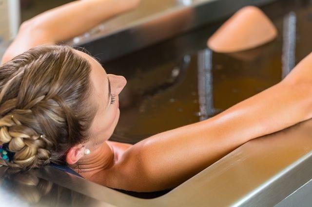 Moorbäder öffnen die Hautporen, dadurch können die Wirkstoffe tief in die Haut eindringen. Somit können die enthaltenen Mineralien gespeichert und über einen längeren Zeitraum ihre Wirkung entfalten.
