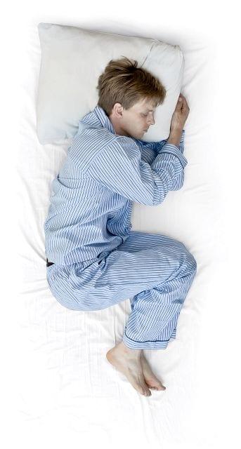 Seitenschläfer benötigen ein relativ hohes Kissen für eine gerade Wirbelsäule.