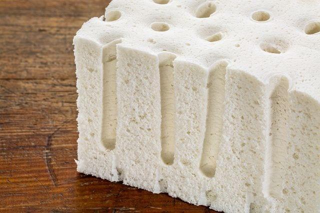 Im Kissenkern sind sogenannte Ventilationskanäle vorhanden diese sorgen für eine gute Belüftung und verhindern ein durchschwitzen der Bezüge.