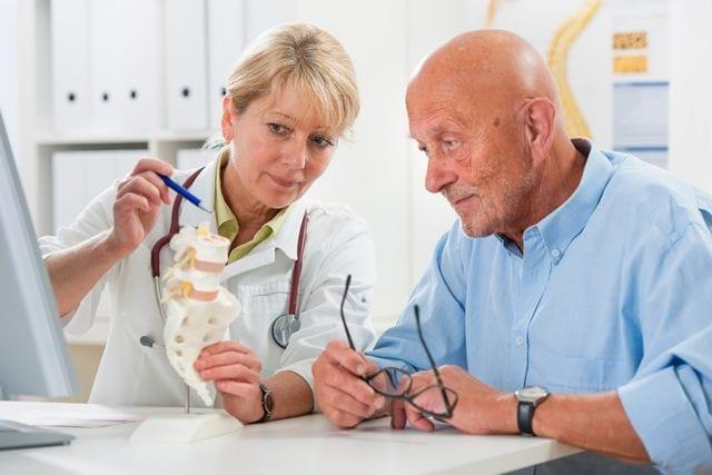 Im Alter häufen sich zwar die Fälle von Rückenschmerzen, dies muss aber nicht sein. Durch einfache Maßnahmen kann man auch bis in das hohe Alter frei von Rückenschmerzen bleiben.