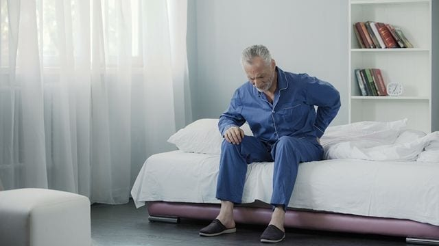 Chronische Rückenschmerzen verfolgen einen bei Tag und Nacht. Beim aufstehen sind meist besonders heftig.