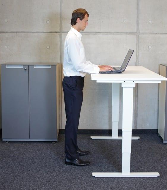Die Arbeitsposition im Büro sollte regelmäßig verändert werden. Dazu gehört es auch mal im Stehen zu arbeiten. Hierfür ist ein höhenverstellbarer Tisch ideal.