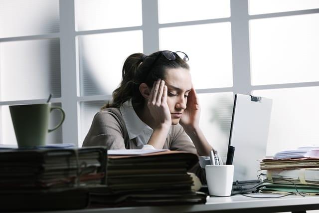 Stundenlanges Arbeiten am Bildschirm, Nackenschmerzen und Stress führen häufig zu Kopfschmerzen.