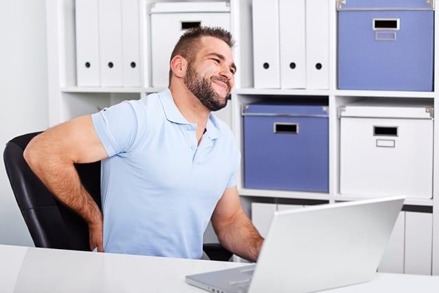 Schmerzen im Rücken, Nacken, Schultern, Armen und Händen kommen am häufigsten bei sitzenden Berufen vor.