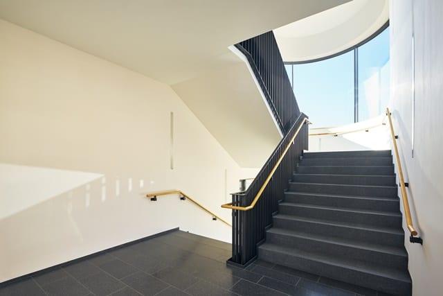 Alleine schon das Nehmen der Treppe anstatt des Aufzuges ist für mehr Bewegung im Alltag sehr hilfreich.