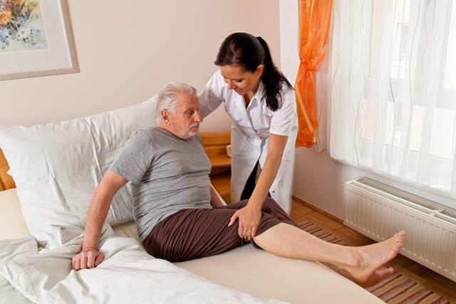 Die täglich Arbeit von Pflegekräften ist anstrengend und körperlich fordernd. Übersteigt die Belastung den Trainingszustand führt das zu einer Überlastung der Muskulatur.