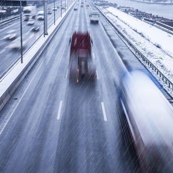 Tagelang auf den Straßen der Welt. Fernfahrer und Außendienstler tragen hohe Risiken an Rückenschmerzen zu erkranken.
