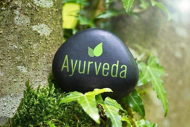 Ayurveda ist eine aus Indien stammende ganzheitliche Behandlung, die in Deutschland als Alternativmedizin kategorisiert ist.